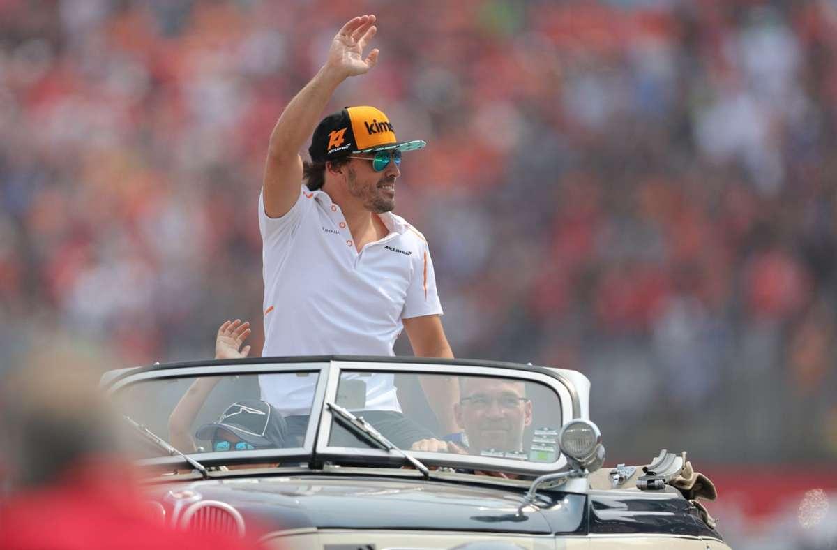 Wiedersehen mit Fernando Alonso: Der Spanier winkt bei der Fahrerparade beim  Grand Prix von Deutschland 2018 auf dem Hockenheimring den Fans zu. Foto: dpa/Jan Woitas