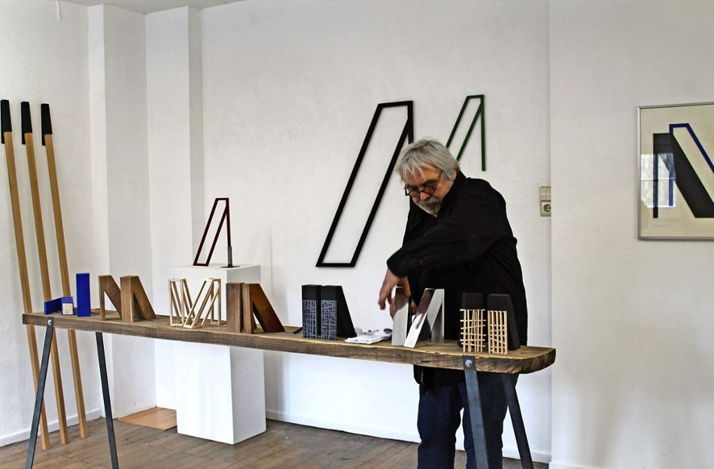 Harald Marquardt, langjähriger Vorsitzender von Kultur am Kelterberg, zeigt seine Objekte. Foto: Sabine Schwieder