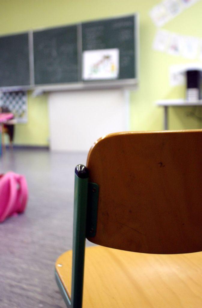 Schule schwänzen: In Deutschland herrscht Schulpflicht. Eltern, deren Kinder ohne Zustimmung der Schule fehlen, drohen Verwarn- oder Bußgelder. Die  Höhe legen Städte und Kommunen selber fest. Die Strafen reichen von  wenigen Euro pro Tag und bis zu  2500 Euro.  Foto: Mascha Brichta/dpa/tmn