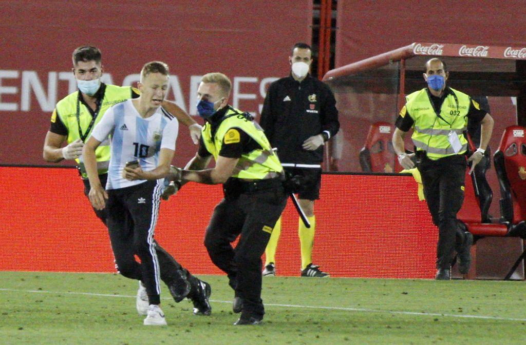Der Flitzer wollte eigentlich ein Foto mit seinem Idol Lionel Messi. Foto: dpa/Francisco Ubilla