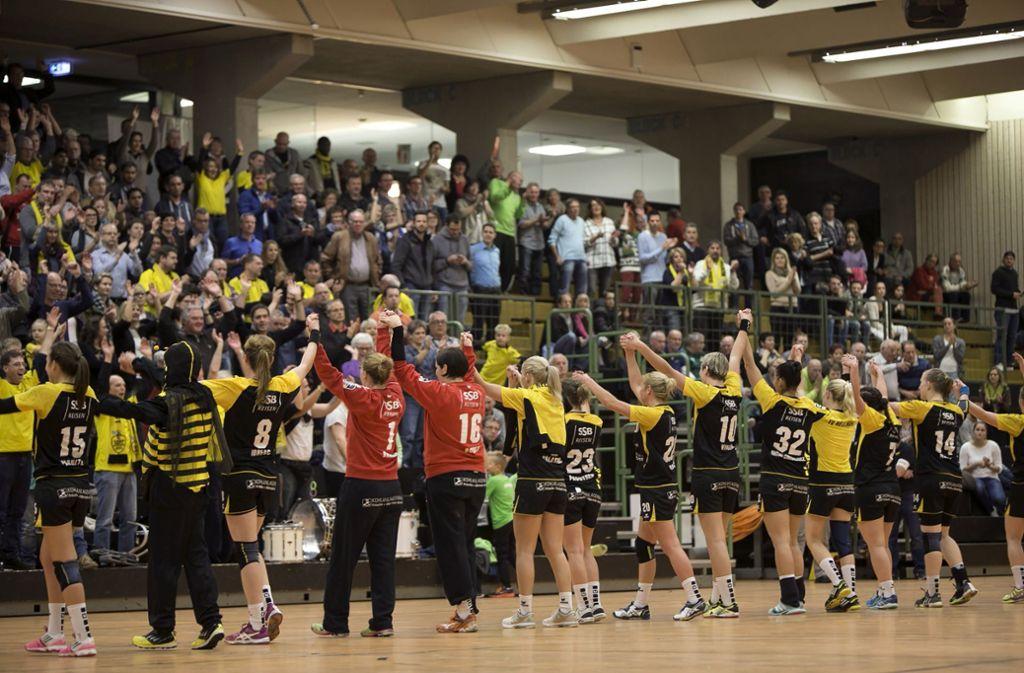 Bei den Heimspielen der Bundesliga-Handballerinnen herrscht in der in die Jahre gekommenen Sporthalle 1 eine prächtige Stimmung. Foto: Michael Steinert/Archiv