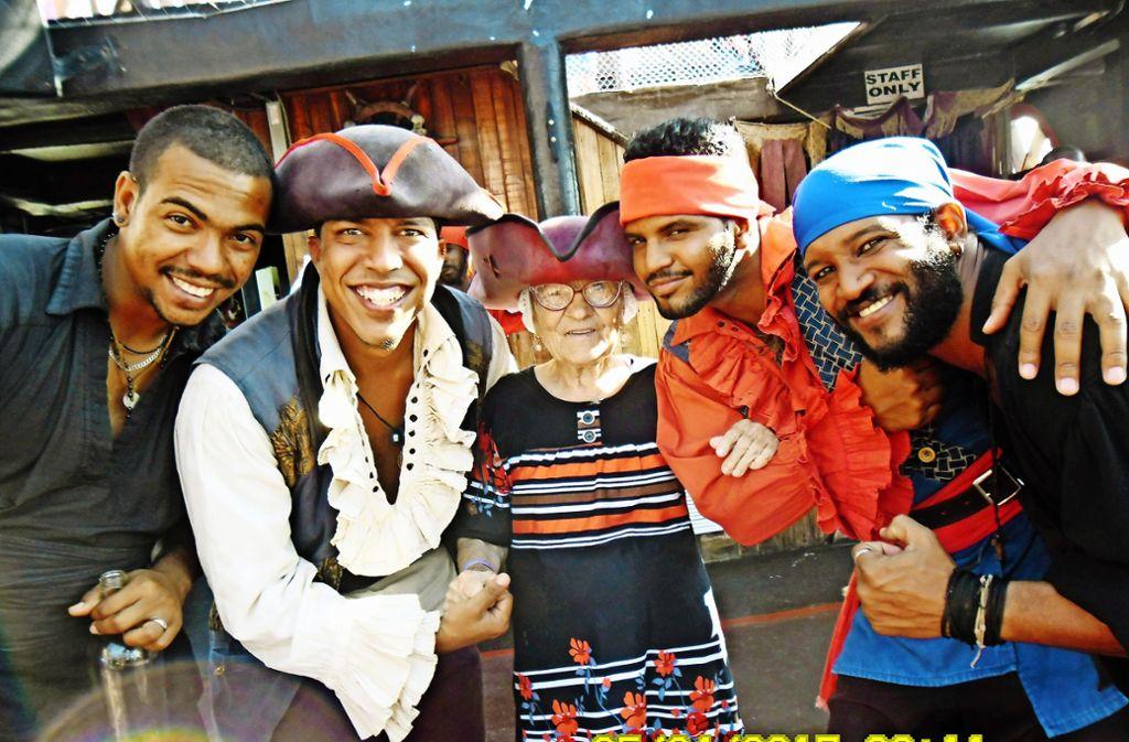 Begegnungen mit netten Menschen sind für Lena Erkhova die Höhepunkte ihrer Reisen. Die 91-Jährige findet überall Anschluss: Hier posiert sie mit neuen Freunden in der Dominikanischen Republik. Foto: Instagram