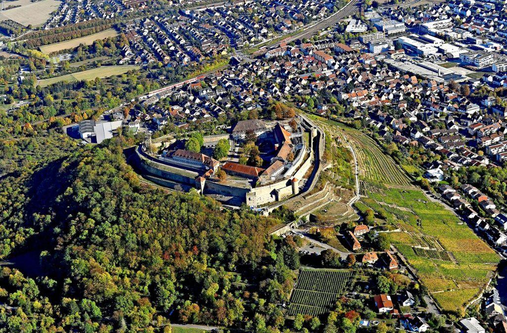 Weinreben  und Stadt schmiegen sich an den geschichtsträchtigen Berg:  Asperg feiert die erste urkundliche Erwähnung  819. Menschen siedelten dort aber schon viel früher. Foto: