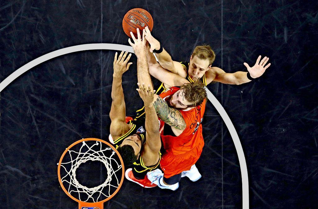 Gegen Ulm (mit Tim Ohlbrecht, in orange) hängen die Körbe in dieser Saison  besonders hoch – auch für die Ludwigsburger Johannes Thiemann (li.) und Chad Toppert Foto: Baumann