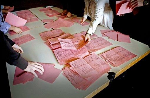 Zuschauen erlaubt; Beobachter dürfen ohne Ankündigung dabei sein, wenn gewählt und gezählt wird. Aber Stimmzettel  bekommen sie nicht in die Hand. Foto: factum/Weise