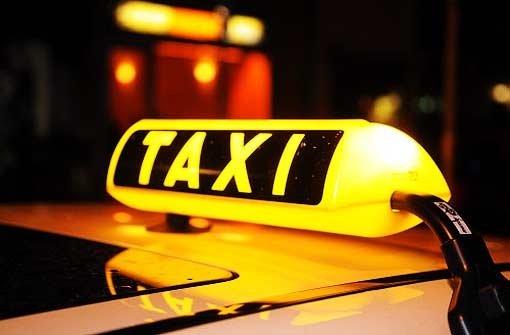 Ein Taxifahrer soll einen 19-jährigen Fahrgast beraubt haben. Er wurde vorläufig festgenommen. (Symbolbild) Foto: dpa