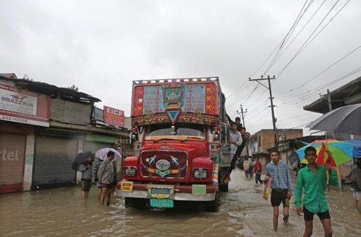 Fluss spült voll besetzten Bus davon