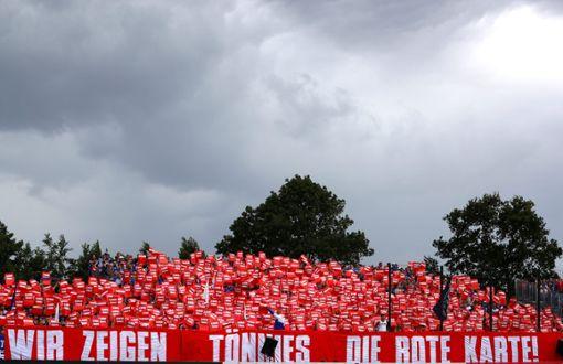 Schalker Fans protestieren gegen Clemens Tönnies