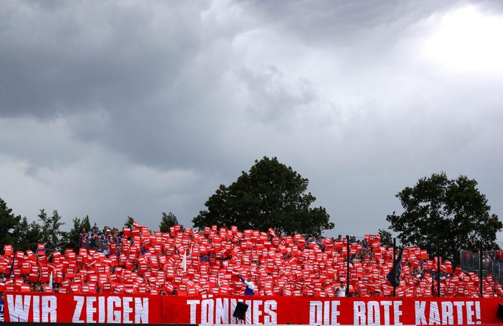 Schalker Fans zeigen Clemens Tönnies symbolische die rote Karte wegen Rassismus. Foto: Bongarts/Getty