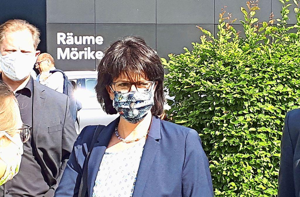 """Fellbachs Oberbürgermeisterin  Gabriele Zull, hier vor der jüngsten Gemeinderatssitzung mit Gesichtsmaske im Gespräch mit Eltern bei einer Demo auf dem Schwabenlandhallen-Parkplatz, sagt: """"Wir müssen die ruhige Phase nutzen, um uns zu wappnen."""" Foto: Dirk Herrmann"""