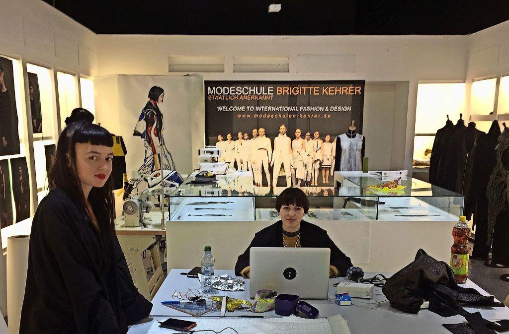 Modeschüler   geben im    Einkaufscenter Gerber  Tipps wie man Kleidung neu aufbereiten und so wieder verwerten kann. Foto: Martin Haar