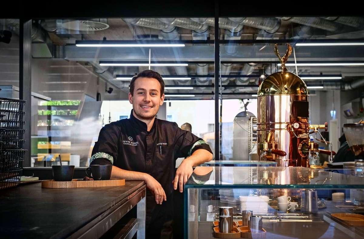 Fünfmal mehr Platz als zuvor hat Kevin Kugel in seiner Sindelfinger Chocolaterie. Vorne befindet sich das Café, hinter der Glasscheibe ist die  Schokomanufaktur. Foto: