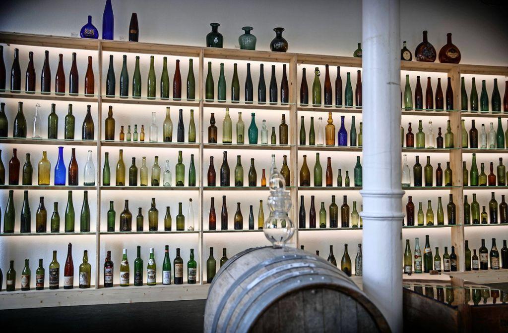 """Flaschen, soweit das Auge reicht – Blick auf die Sonderausstellung """"Wein trifft Glas"""" im Glasmuseum Spiegelberg Foto: Gottfried Stoppel"""