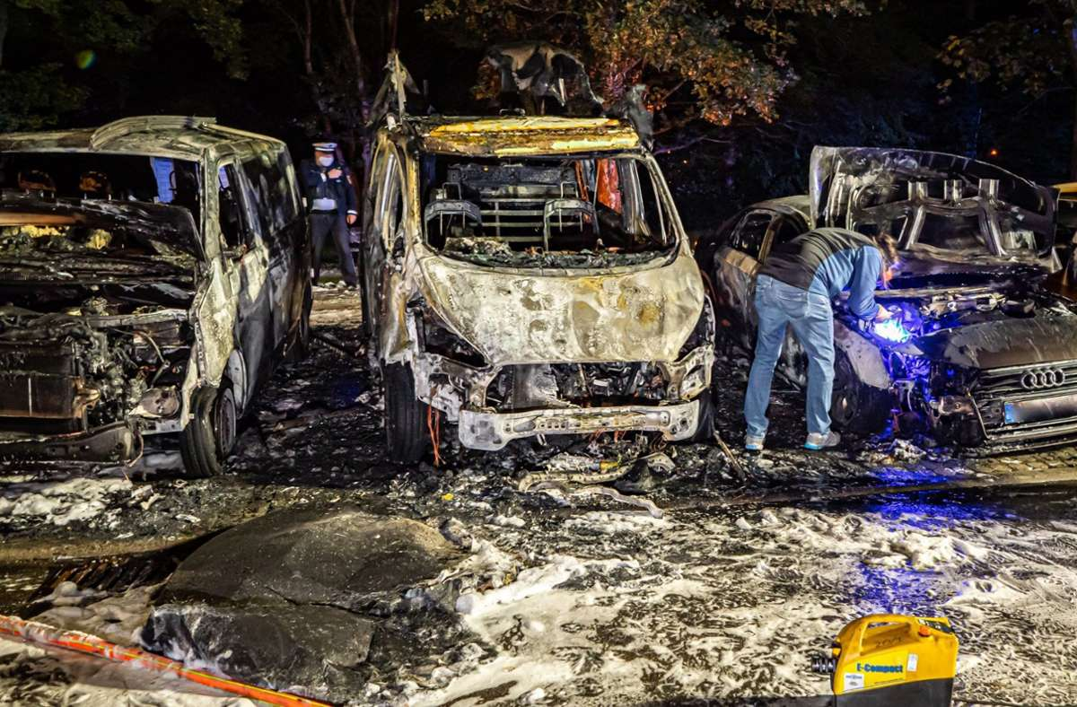 Die Autos in Stuttgart-Freiberg sind komplett ausgebrannt. Foto: dpa/Alexander Hald