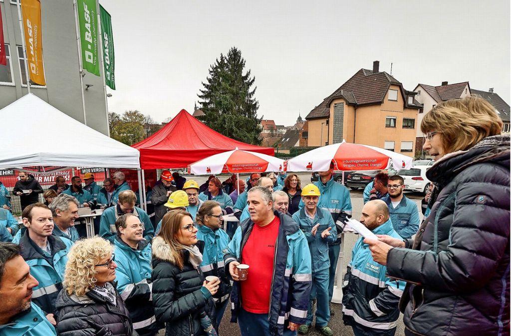 Die Betriebsratsvorsitzende Irmtraud Schneele-Schultheiß spricht vor den BASF-Mitarbeitern. Foto: factum/Jürgen Bach