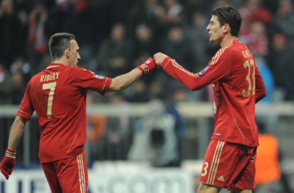 Die beiden Torschützen Franck Ribéry (links) und Mario Gomez freuen sich über das 2:0 des Deutsch-Spaniers. Foto: dpa