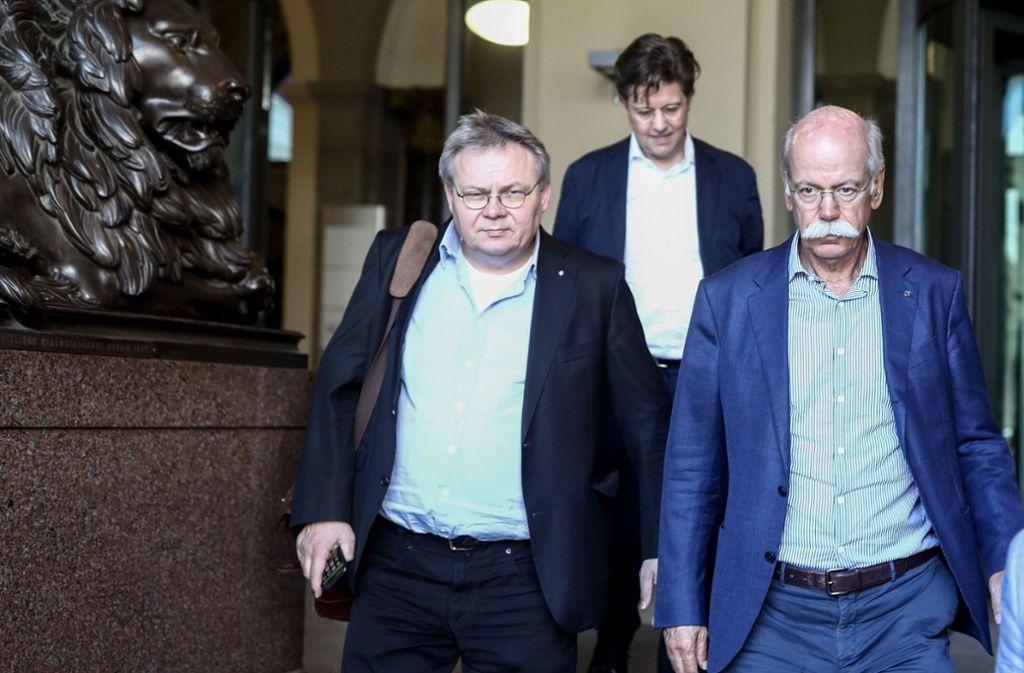 Daimler-Chef Dieter Zetsche (rechts) gemeinsam mit Kommunikationschef Jörg Howe (links) und Daimler-Lobbyist Eckart von Klaeden nach dem Treffen mit Verkehrsminister Andreas Scheuer. Foto: dpa