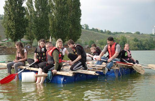 Wladimir Klitschko baut ein Floß mit Schülern