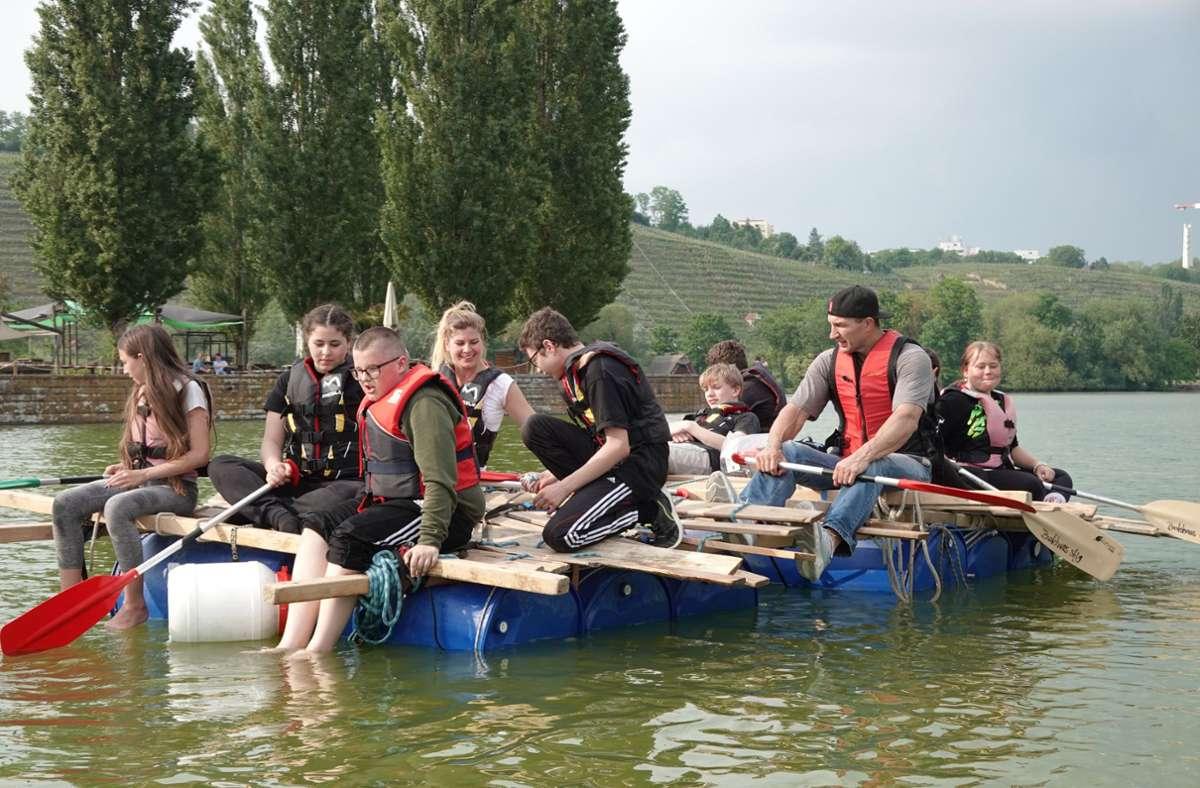 Wladimir Klitschko (zweiter von rechts) paddelt mit Schülern auf einem selbst gebauten Floß  über den Max-Eyth-See in Stuttgart. Foto: Hübsch/privat
