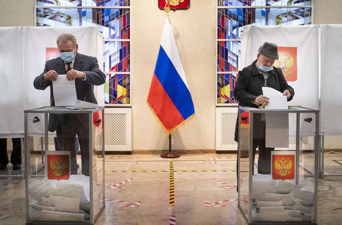 Russische Bürger geben ihre Stimmzettel in einem Wahllokal während der Parlamentswahlen in der russischen Botschaft in Vilnius ab. Foto: dpa/Mindaugas Kulbis