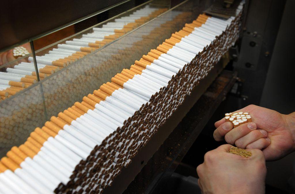 Zigaretten sind ein schweres Geschäft: Der Absatz regulär versteuerter Zigaretten in Deutschland hat sich innerhalb von einem Jahrzehnt halbiert Foto: dpa