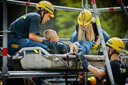 Junge Katastrophenhelfer legen sich ins Zeug