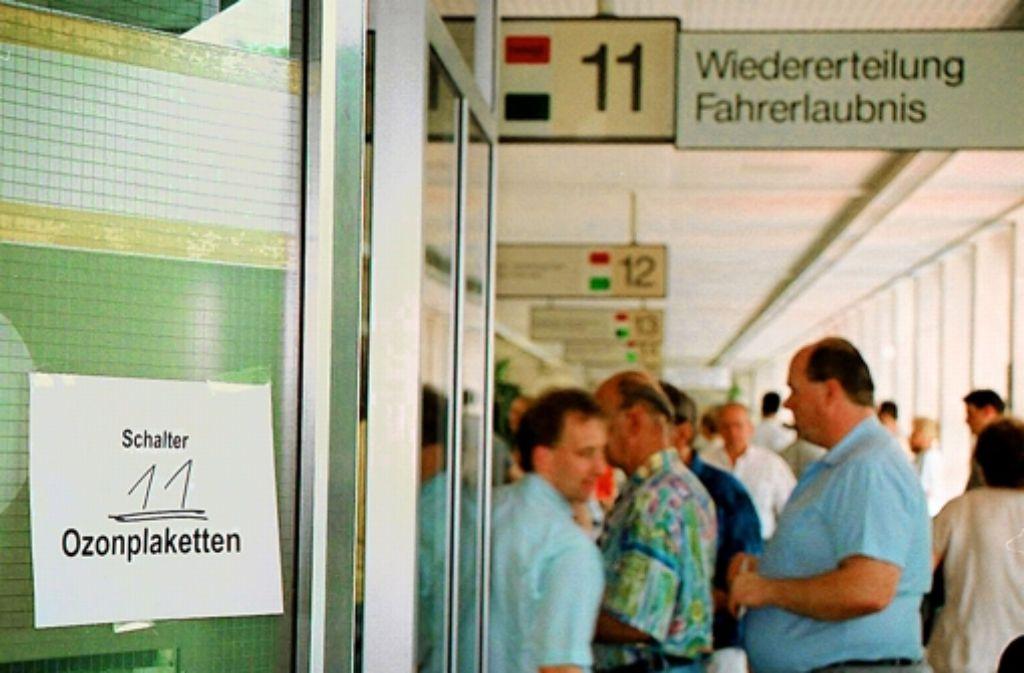 Im Sommer 1995 gab es auch in der Stuttgarter Zulassungsstelle dichtes Gedränge wegen der orangefarbenen Ozon-Plaketten. Foto: factum/Honzera