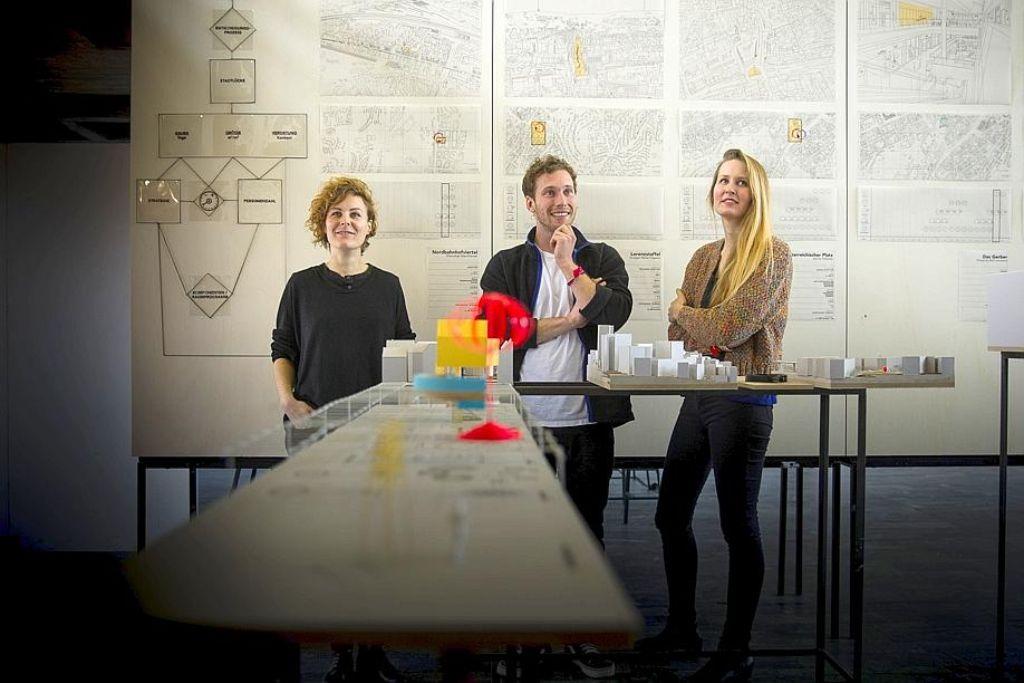 Hanna Noller, Sebastian Klawiter und Isabel Zintl (v. li.) spüren Lücken in der Stadt auf. Foto: Lichtgut/Leif Piechowski