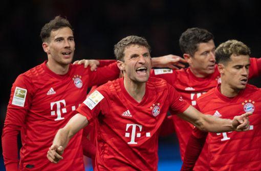 FC Bayern dreht spät auf und bleibt Leipzig auf den Fersen