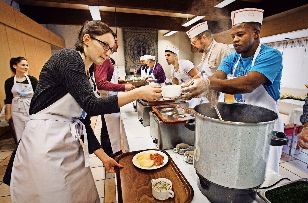 Hier verderben viele Köche mal  nicht den Brei. An der  Essensausgabe  der Vesperkirche wird Hand in Hand geschafft. Foto: Ines Rudel