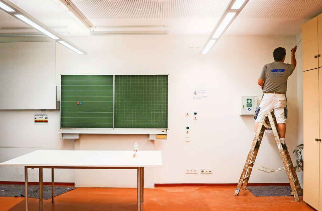 In den Klassenzimmern roch es muffig, an Decken und Wänden gab es Wasserflecken. Maler  besorgen   den neuen Anstrich – damit die Schüler nach den Ferien aufatmen können.Die Renovierung des Flachdachs an der Grundschule ist beendet. Die Kosten belaufen sich auf insgesamt 40000 Euro. Foto: factum/Granville