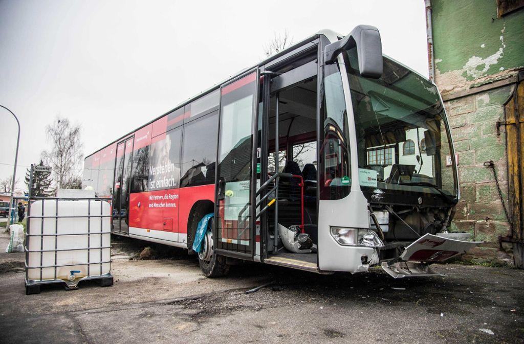 Der beschädigte Bus an der Unfallstelle im Kreis Ludwigsburg. Foto: SDMG