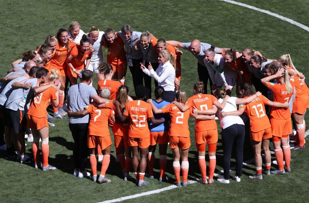 Sarina Wiegman (im Kreis) gibt bei den Niederländerinnen die Kommandos –  so wie ihre Trainerkollegin Jill Ellis im US-Team Foto: Getty