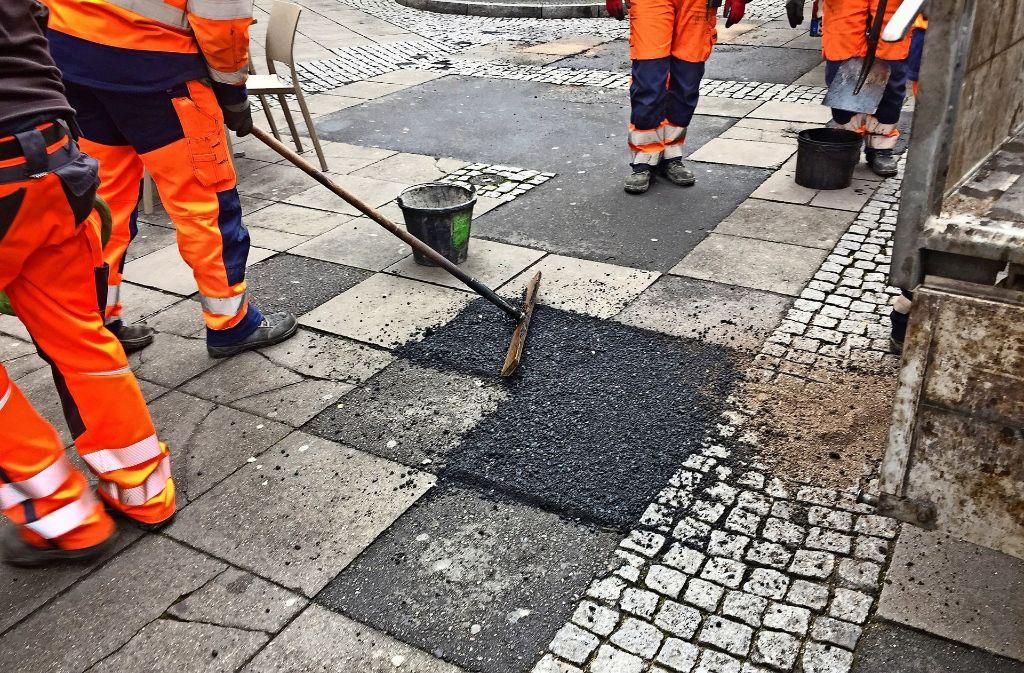 Am Hans-im-Glück-Brunnen:  Schwere  Lastwagen verursachen schwere Schäden. Foto: Haar