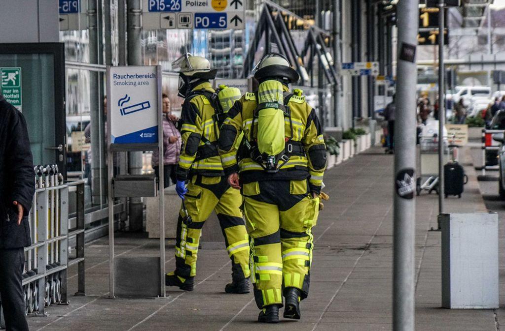 Feuerwehrleute betreten in Schutzanzügen das Flughafengebäude von Terminal 3. Foto: SDMG/Kohls