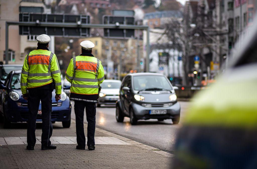Bei Verkehrskontrollen schaut die Polizei ab Sonntag auch, ob Fahrzeuge auf der jeweiligen Strecke in Stuttgart überhaupt fahren dürfen. Foto: Lichtgut/Max Kovalenko