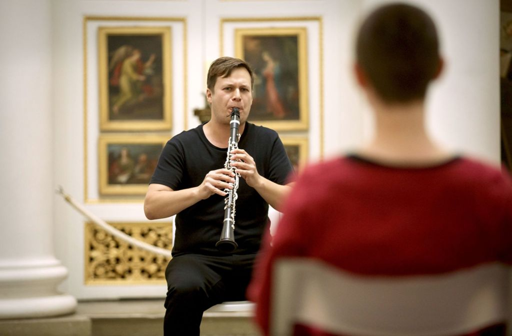 Solo mit Klarinette:  Sebastian Manz spielt für eine Zuhörerin. Foto: Lg/Rettig