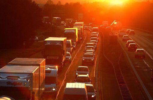 Mann fährt  wegen tief stehender Sonne gegen geparkten Anhänger