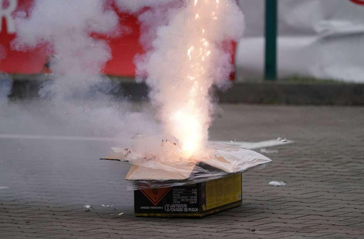 Der Mann beschoss seine Ehefrau mit einer Feuerwerksbatterie. (Symbolbild) Foto: imago images/Marius Schwarz