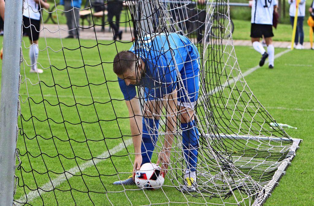 Und erneut liegt der Ball im Echterdinger Tor. In diesem Fall holt der Abwehrchef Josip Pranjic die Kugel aus dem Netz. Foto: Andreas Gorr