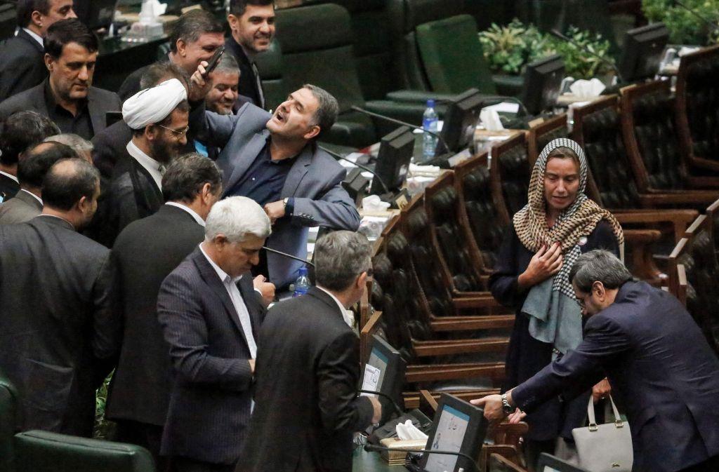 Viele iranische Parlamentarier reihen sich am Samstag ein, um ein Selfie mit EU-Vetreterin Federica Mogherini im Parlament zu erheischen. Foto: AFP
