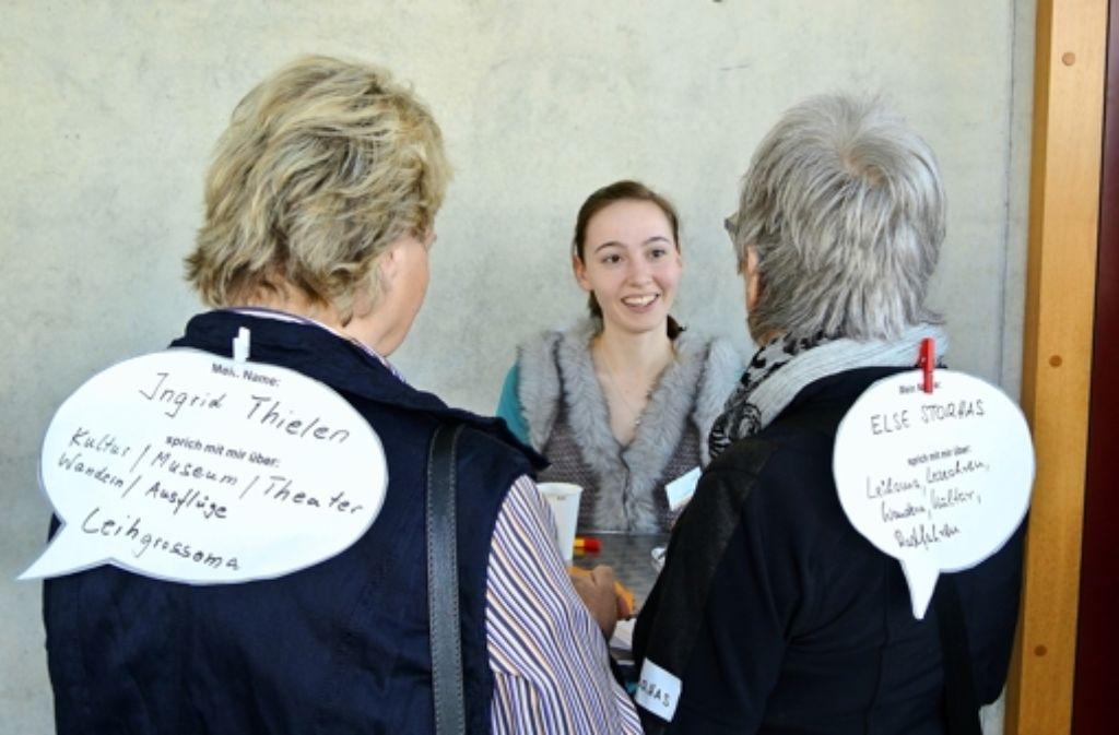 """Zwei Teilnehmerinnen des Markts der Möglichkeiten informieren sich über das stadtweite Projekt """"Leseohren aufgeklappt."""" Foto: Stefanie Käfferlein"""