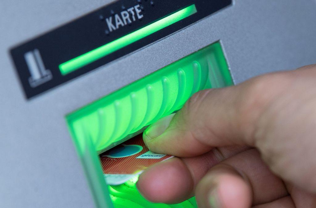 An einem Geldautomaten fand der der inszenierte Überfall statt. (Archiv) Foto: dpa