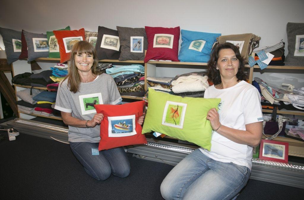 Im Atelier von Christine Braake und Julia Liesenberg kommt die Briefmarkensammlung von Onkel Hartmut zu neuen Ehren. Foto: Lichtgut/Horst Rudel
