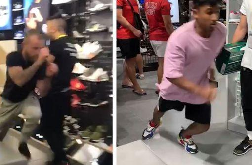 Kunde rennt mit Schuhen von Verkäufer weg