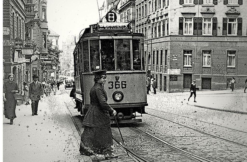 Eine Straßenbahnerin sorgt am Olgaeck dafür, dass die Linie 8  nach Gablenberg  auch wirklich ankommt (das Foto ist 1916 entstanden). Foto: Archiv SSB AG