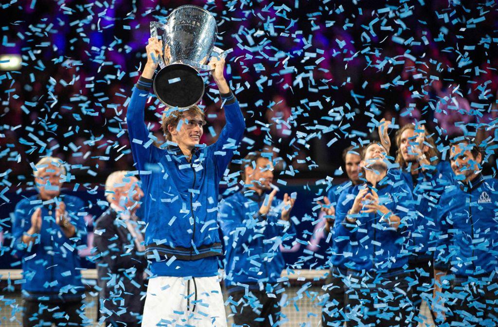 Alexander Zverev (mit Pokal) feiert mit Team Europa. Foto: dpa