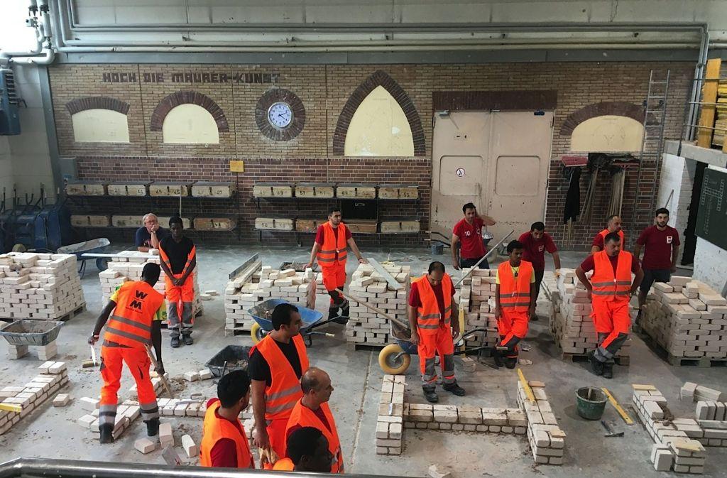 Flüchtlinge finden Perspektiven auf dem Bau: Das Bild zeigt Teilnehmer eines Qualifizierungsprogramms im Berufsausbildungszentrum Geradstetten. Foto: Wolff & Müller