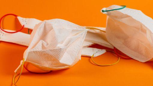 In wenigen Minuten ein Mundschutz aus Küchenpapier machen. Die simple Alternative zum Mundschutz während der Maskenpflicht.