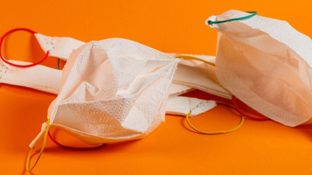 In wenigen Minuten ein Mundschutz aus Küchenpapier machen. Die simple Alternative zum Mundschutz während der Maskenpflicht. Foto: Dmitry Tkachuk / Shutterstock.com
